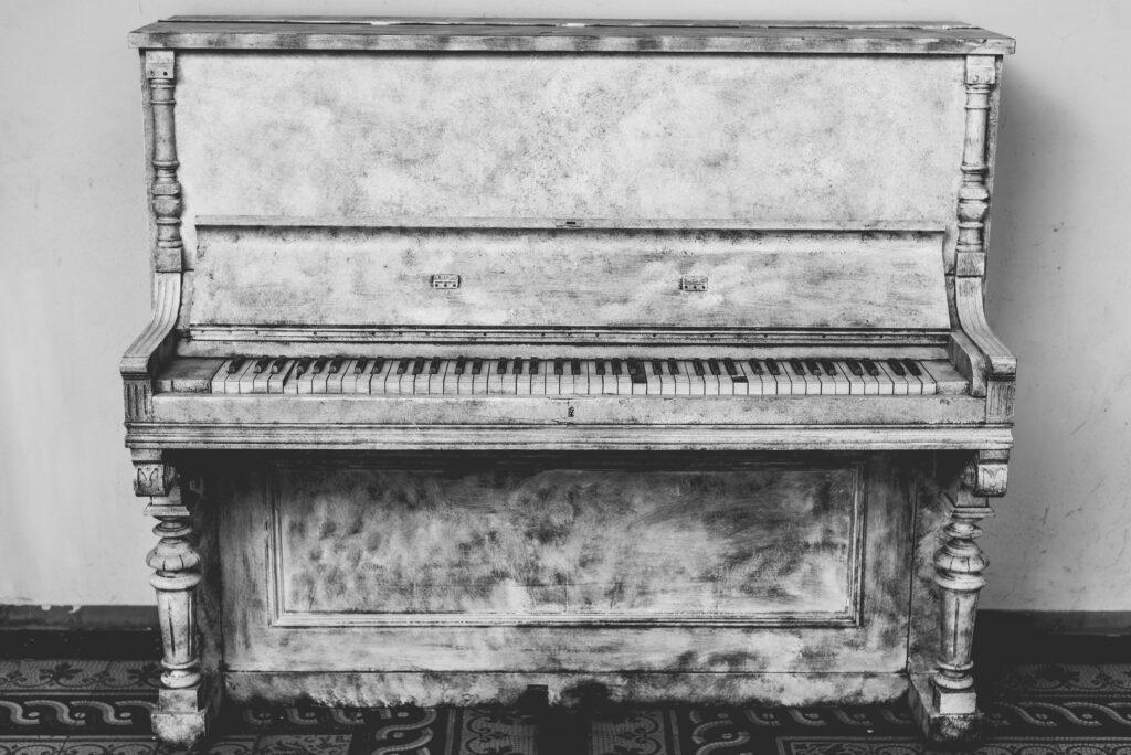 pianino, költöztetés - költöztetős céggel belföldi azonnali sos profi korrekt költöztetés olcsón, kisteherautóval fuvarozás, szekrény szállítás Budapesten, bútorszállítás országosan Magyarországon